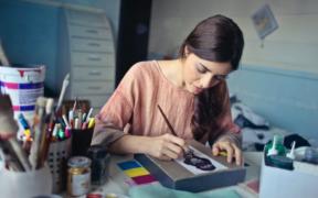 un artiste réalisant un dessin